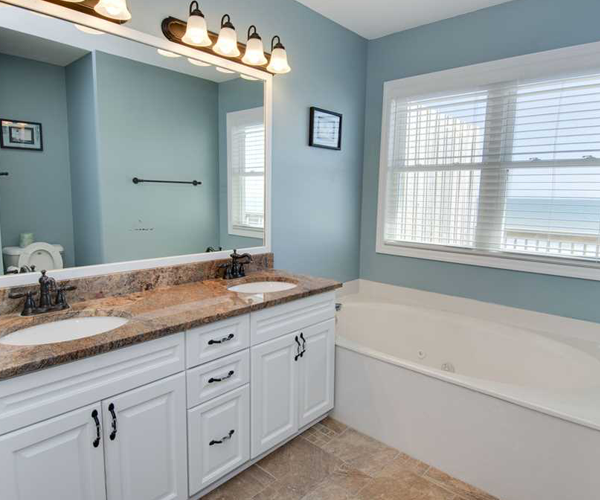 Featured Property Aboard Delight West - Bathroom