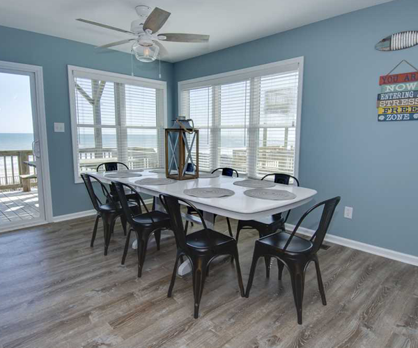 Featured Property Aboard Delight West - Dining