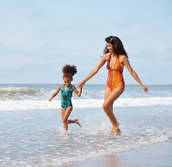 emerald-isle-mom-and-daughter-on-beach-250x243